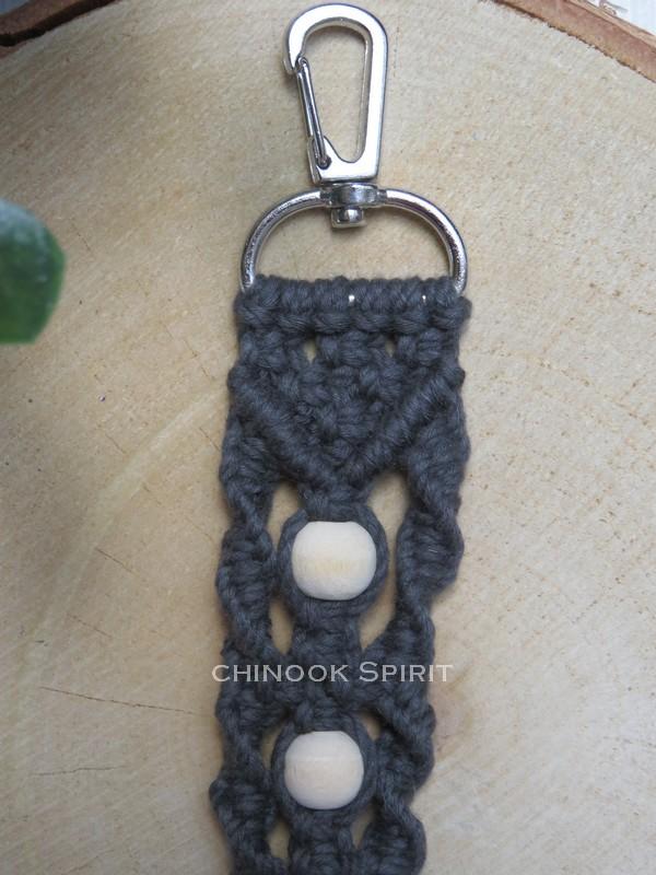 Porte cle macrame gris avec perles bois zoom chinook spirit