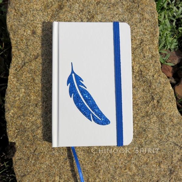 Carnet blanc plume bleue bas chinook spirit 4823